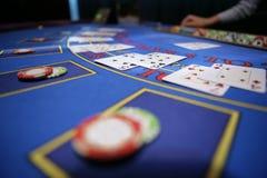De kaartspeler controleert hand Stock Afbeeldingen