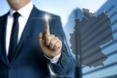 De kaarttouchscreen wordt van Duitsland in werking gesteld door zakenlieden stock afbeelding