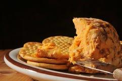 De Kaas en de Crackers van de cheddar Stock Afbeeldingen
