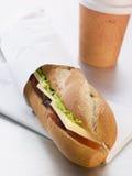 De Kaas van de cheddar, Groenten in het zuur en Salade Baguette Royalty-vrije Stock Afbeelding