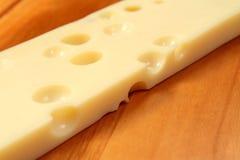 De kaas van de emmentaler op houten raad, ondiepe DOF Royalty-vrije Stock Foto's
