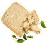 De Kaas van de parmezaanse kaas met Geïsoleerdet de Bladeren van het Basilicum stock afbeeldingen