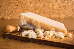 De kaas van de parmezaanse kaas met mes Royalty-vrije Stock Foto