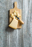 De kaas van de parmezaanse kaas met mes Royalty-vrije Stock Foto's