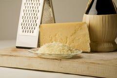 De kaas van de parmezaanse kaas met wijn. Stock Afbeeldingen