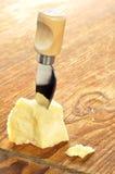 De kaas van de parmezaanse kaas op een houten hakbord stock afbeeldingen