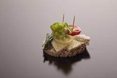De kaas van feta op een rijstcake Stock Foto's