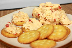 De Kaas van het piment die op Crackers wordt uitgespreid Royalty-vrije Stock Afbeelding