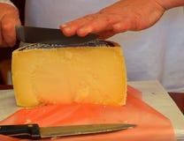 De kaas van het vrouwenknipsel yelow Royalty-vrije Stock Afbeelding