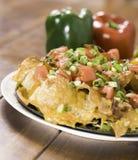 De kaas van Nachos op lijsthout Stock Afbeelding