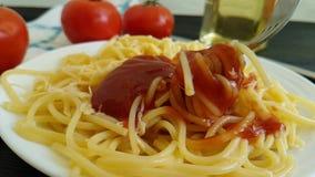 De kaas van de spaghettiplaat, ketchup slow-motion voedsel, maaltijdvork, stock footage