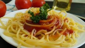 De kaas van de spaghettiplaat, slow-motion vork van de de peterseliehand van de dalingenketchup, stock footage