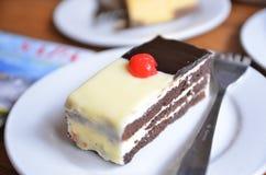 De kaastaart en de chocolade dienen  Royalty-vrije Stock Afbeeldingen