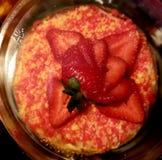 De Kaastaart van aardbeishortcake stock foto