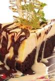De kaastaart van de chocolade met karamelkorst Stock Afbeeldingen