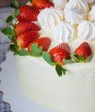 De kaastaart van de vanilleroom met aardbeien Stock Foto's