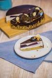 De kaastaart wordt gegoten met chocolade en bessentussenlaag Royalty-vrije Stock Foto