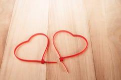 De kabel bindt hartvorm op houten achtergrond, vakantie abstracte bac Stock Afbeeldingen