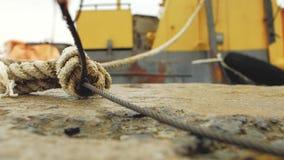 De kabel en de kabel zijn gebonden van pijler aan aak