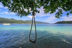 De kabel hangt van een boom boven mooi strand Royalty-vrije Stock Afbeeldingen
