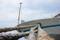 De kabel het schip waaraan wordt vastgelegd royalty-vrije stock foto's