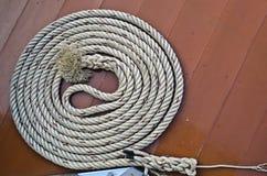 De kabel van de cirkel op de houten vloer. Stock Foto's