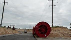 De kabel van de hoogspanningselektriciteit windt de auto's van de draadwegenbouw stock video