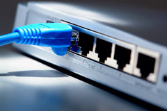 De Kabel van het Netwerk van de Computer van Ethernet op Router stock foto