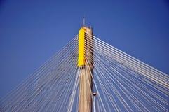 De kabel van het staal op pool van brug Stock Foto