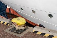 De kabel van de schipmeertros op de meerpaal wordt vastgelegd die Vastgelegde boot in de haven royalty-vrije stock fotografie