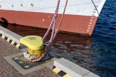 De kabel van de schipmeertros op de meerpaal wordt vastgelegd die Vastgelegde boot in de haven royalty-vrije stock afbeeldingen