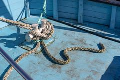 De kabel van de schipmeertros op de meerpaal wordt vastgelegd die Vastgelegde boot in de haven stock foto