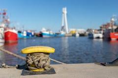 De kabel van de schipmeertros op de meerpaal wordt vastgelegd die Vastgelegde boot in de haven stock fotografie