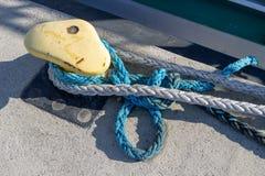 De kabel van de schipmeertros op de meerpaal wordt vastgelegd die Vastgelegde boot in de haven stock afbeeldingen