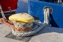 De kabel van de schipmeertros op de meerpaal wordt vastgelegd die Vastgelegde boot in de haven royalty-vrije stock foto