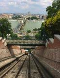 De Kabelbaan van de het Kasteelheuvel van Boedapest - de Széchenyi-Kettingsbrug - uspensionbrug die de Rivier Donau tussen Buda  royalty-vrije stock afbeelding