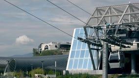 De kabelbaanritten van de glascabine in hijstoestelhal, Tbilisi Zachte nadruk stock footage