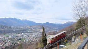 De kabelbanen lopen in twee secties van de rand van Lugano aan Monte Brè stock foto's