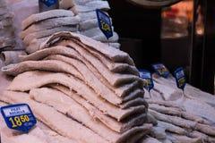 De kabeljauw in zout stapelde zich omhoog op verkoop op royalty-vrije stock fotografie