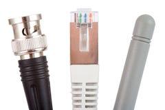 De kabels en de antenne van het netwerk Stock Foto's