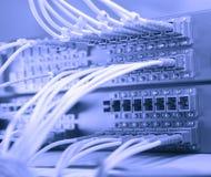 De kabels en de hub van het netwerk Royalty-vrije Stock Afbeeldingen