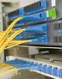 De kabels en de servers van het netwerk Stock Foto's
