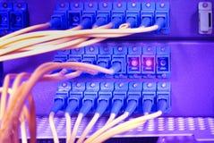 De kabels en de servers van het netwerk in een centrum van technologiegegevens royalty-vrije stock afbeelding