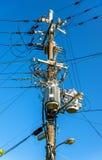De kabels en de transformatoren van de elektromachtslijn in Japan stock foto