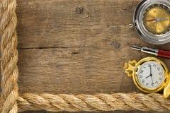 De kabels en het kompas van het schip met pen op hout Royalty-vrije Stock Foto's