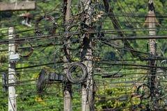 De kabels van de elektriciteitspool in entrepot in een kruising Royalty-vrije Stock Afbeeldingen