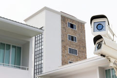 De kabeltelevisie-veiligheidscamera die bij de bouw van torenonduidelijk beeld backgr werken Royalty-vrije Stock Foto's