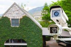 De kabeltelevisie-veiligheidscamera die op bac van het het huisonduidelijke beeld van het luxedak werken Royalty-vrije Stock Foto