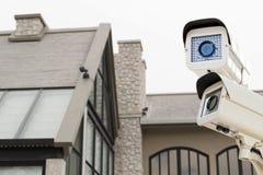 De kabeltelevisie-veiligheidscamera die op bac van het het huisonduidelijke beeld van het luxedak werken Stock Foto