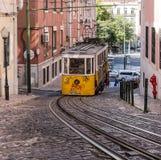 De kabelwagen (kabel) beweegt helling in Lissabon, Portugal stock fotografie